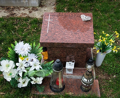 small cremation memorial with flowers